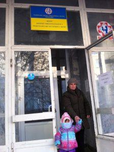 Nastya und ihre Krankenschwester beim Eingang der Onko-Hämatologie-Klinik in Kiev